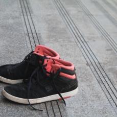 Sepasang Sepatu Hitam